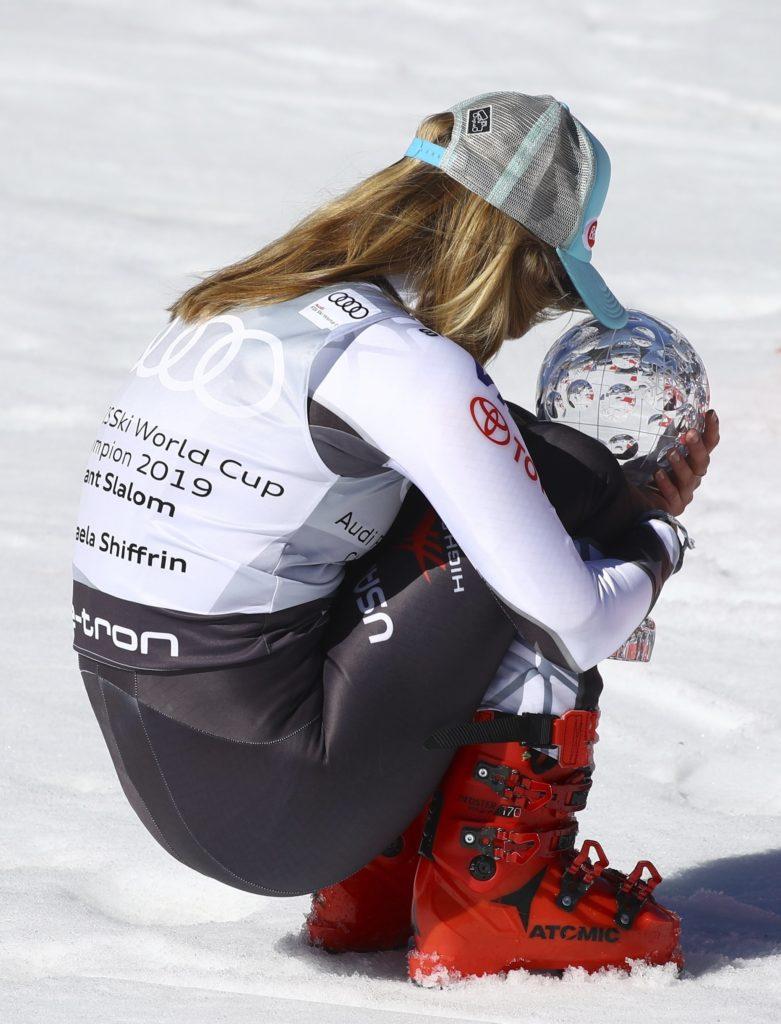 Микаэла Шиффрин из США имеет трофей за титул слалома-горнолыжника среди женщин в Сольдеу, Андорра, в воскресенье, 17 марта 2019 года. (AP Photo / Alessandro Trovati)